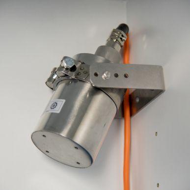 Ensemble de sécurité comprenant un extincteur, une alarme visuelle et sonore, un boîtier de contrôle, un détecteur de fumée et un percement pour passage de câble avec passage câble anti-feu