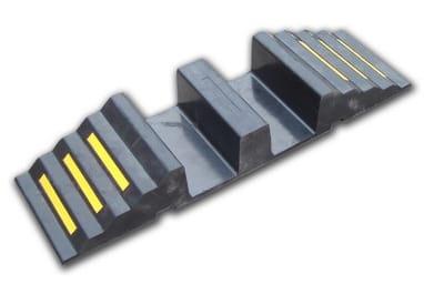 Rampe de franchissement pour tuyaux et câbles - Pour poids lourds maxi 20 tonnes - 2 canaux Ø maxi 70 mm - 30 cm